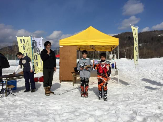 KIDS キングオブザヒルの表彰から。左、優勝の伊藤元、右は2位の松山雄大